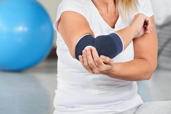 медленно прогрессирующая артралгия без клинических признаков артрита